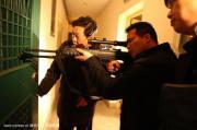 男子身绑炸药劫持8旬老太 吃鸡时被狙击手击毙